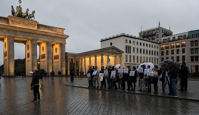 640px-Demonstration_von_Jesiden_vor_der_US-Amerikanischen_Botschaft_in_Berlin