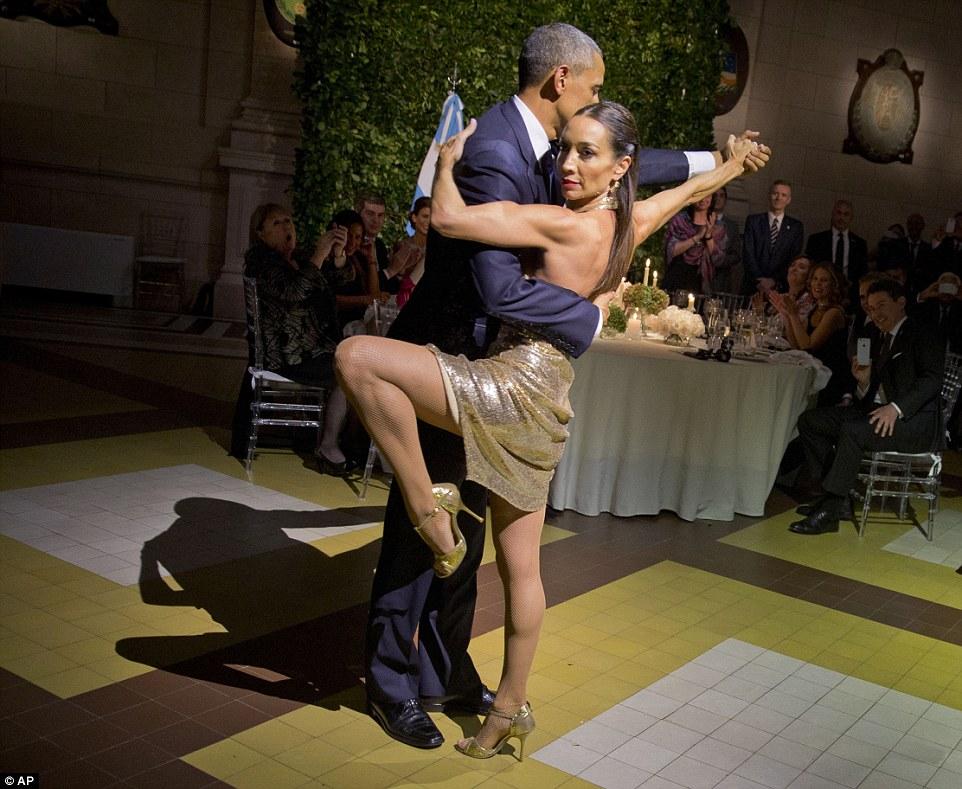 Obama dansând tango în Buenos Aires, în aceeași zi cu atacurile din Bruxelles