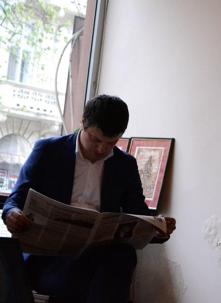 Ionuț Vulpescu – deputat, ministru al Culturii (2014 – 2015) răsfoiește revista în timpul lansării