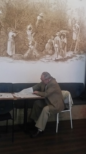 Profesorul Grigore Georgiu, autor Convorbiri Europene, citind un exemplu la The Coffee Factory