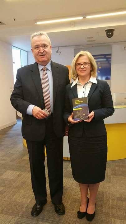 Autorul, alături de Prof. Univ. Dr. Alina Bârgăoanu
