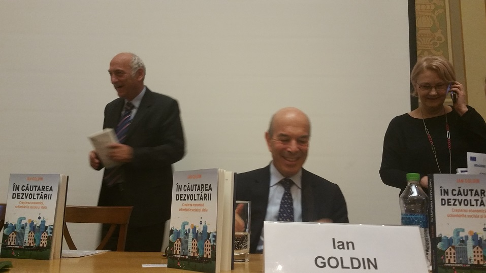 Autorul - Ian Golding (centru), autorul prefeței - Paul Dobrescu (stânga) și editorul - Livia Szasz (dreapta)